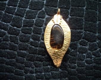 Pendant Apache Tear on Small Gold Tone Leaf (1582)