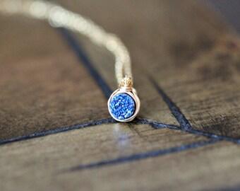 Druzy Halskette in Gold, winzige Layering-Solitaire-Kette in Gold, Rose Gold, Sterling Silber, zierliche Anhänger, blau