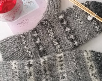 Black and white mittens made of undyed Shetlandwolle with Fair Isle pattern
