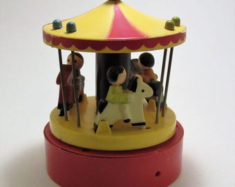 """Music Box 1976 Dan-Dee-Imports Carousel Music Box """"Tie A Yellow Ribbon Round the Ole Oak Tree""""  Charming Little Galloping Horses Collectible"""