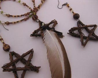 Primitive Rusty Wire Wrapped Pagan Twig Stars / Feather Necklace & Earrings (2pc Set) - Rustic Wooden 5 Point Stars Pearls Crystals Acai