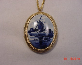 intage Porcelain Blue Delft Holland Windmill Cameo Locket  18 - 1072