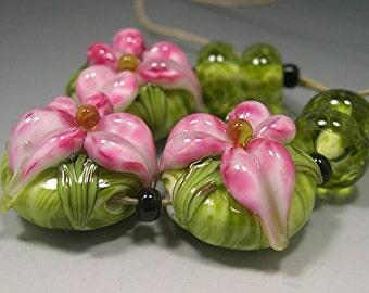 HANDMADE LAMPWORK Beads SET Sculpted Flowers pink green lily Donna Millard spring garden
