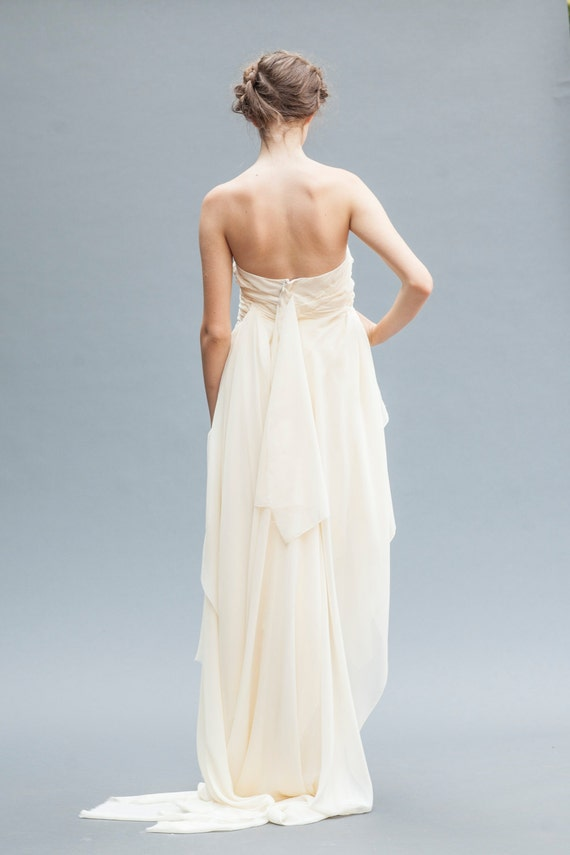 Short Wedding Dress. This backless wedding gown features