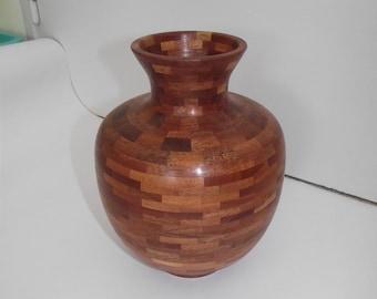 Vase tourné de 811 pièces en bois rouge