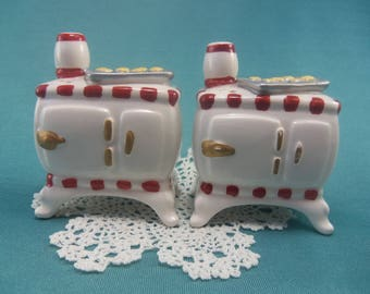 Vintage Ceramic Stove Salt and Pepper Shakers Country Kitchen Decor White and Red Old Fashioned Stove Baked Cookies