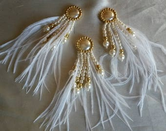 3 cabochons, beads and d white ostrich feathers
