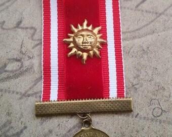 Broche velours rouge médaille ancienne