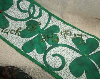 ST PATRICKS SHAMROCK Table Runner, Luck of the Irish, 3 Shamrocks with Buttons,Applique, Machine Quilted, Green/White