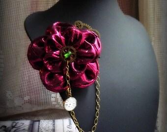 Broche-pince à cheveux avec fleur en lamé rose framboise, chaine et breloque, Esprit steampunk