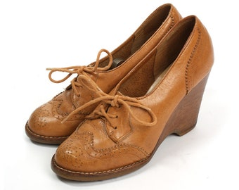 vintage 1970s wedges • leather wingtip stacked heels size 7.5