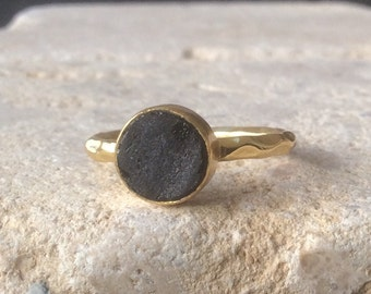 US 7.75 Raw Stone Ring, Spinel Gold Ring, Black Stone Ring, Rough Natural Gemstone, Rough Spinel Ring, Natural Gemstone Vermeil Ring
