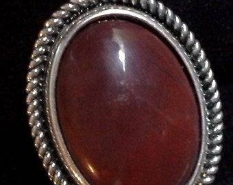 Finger ring with natural stone