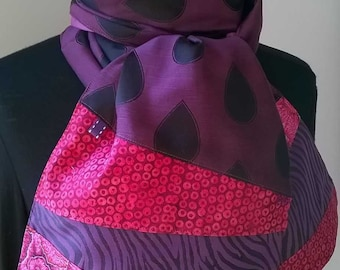 Scarf-scarf in purple and pink fabrics.