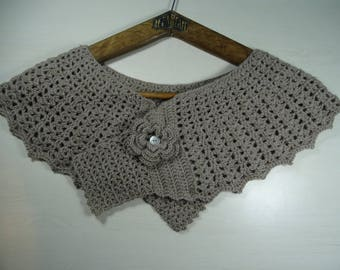 cover shoulders chic taupe, closed with a flower brooch, crocheted with upcycled yarn '