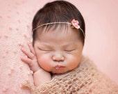 Serre-tête nouveau-né : Le Rose Bud - nouveau-né Photo Prop - halo, serre-tête fleur, bandeau nouveau-né