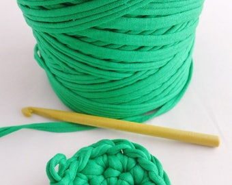 1 roll of violet and yellow green, 1000 gr, crochet 8. REF E.034