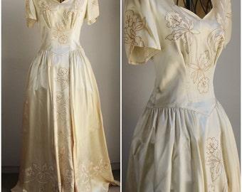 Vintage 1940s Wedding Gown / Champagne Wedding Dress / 40s Satin Weddinggown / Bridal Gown / Vintage Bride / Ivory Gown / Flower Appliques