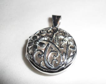 Sterling Silver 925 Locket with Flower Design and 24 inch Italian Sterling Silver Chain.  Open filigree flower design.