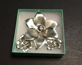 Silver tone jewelry set, 6-petal flower brooch and clip on 6-petal flower earrings, vintage.