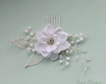 Wedding white and silver hair comb. Flowered headpiece. Beaded hair comb.
