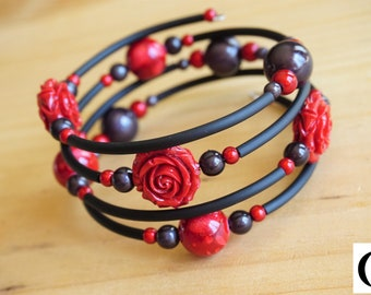 Bracelet with memory wire - Acrylic flower and rubber tubing. Color red and black.
