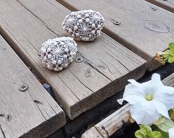 Shabby Chic Wedding, Natural Wedding Favors, Home Decor, Crochet Lace Stones. Vintage Decor, Antique lace, Shabby Chic Pebbles, Door Stop.