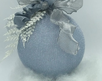 Interior decoration, weddings and events in classic style, elegant hand-decorated sphere, circumference 38 cm.