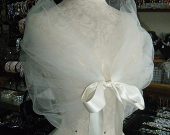 The romantic CLOUD WRAP, perfect to create that light and fun look for your wedding