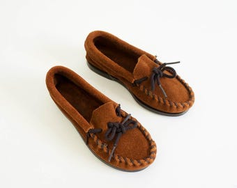 """Vintage 1980s Girsl Size 10 Suede Minnetonka Moccasins NOS, 7"""" Insole, Stitched Vamp Rubber Soles Loafers Slip-Ons Boho Hippie Southwestern"""