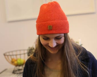 Rusty red ribbed lambswool hat with faux fur pompom