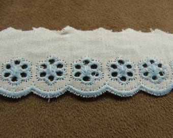 BRODERIE ANGLAISE on white background - 3 cm - Blue