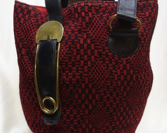 ROGER VAN S Vintage 60s Red/Black Knit Purse with Safety Pin