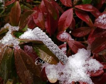 Biijá | Bracelet en cuir et fil d'étain | Inspiration bijoux scandinaves et finno-ougriens | Tenntråd | Passementerie