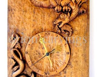 Dragones reloj talla en madera, talla en madera hecha a mano, 9,4 x 16,5 en