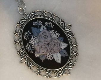 GR6 Gray roses necklace