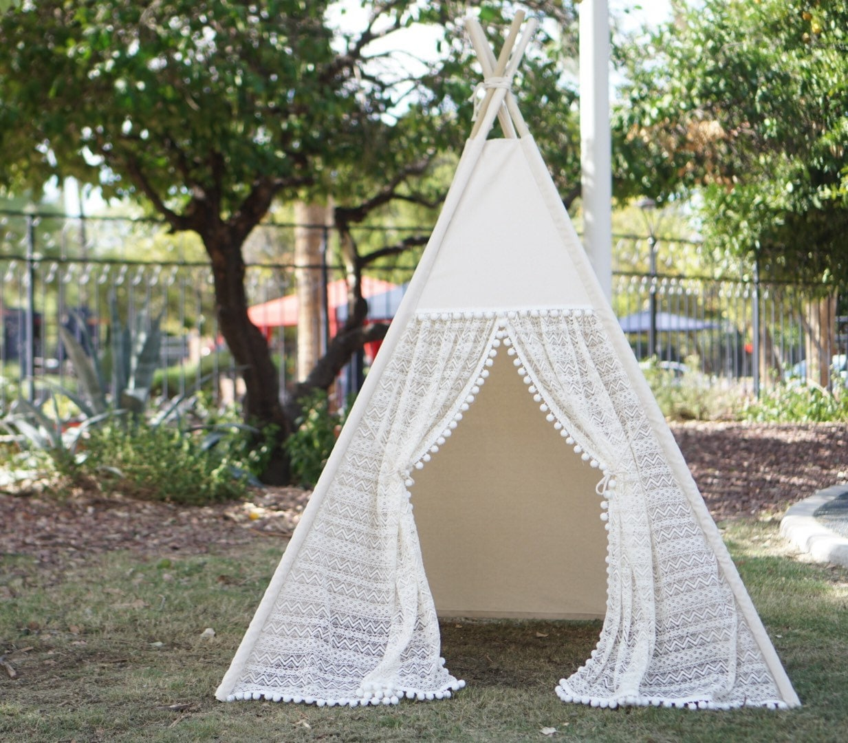 ?zoom & Pocahontas ruffle lace teepee tent with pompom trim/kids Play