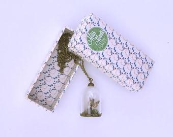 Wit gemarmerd | Glazen stolp ketting, met een handegmaakte vlinder, mos en een takje. Wit Gemarmerd vlinder van textiel tot sieraad