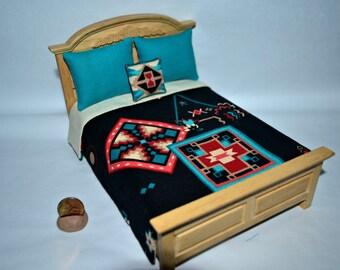 Miniature maison de poupée Bedpsread couette thème Sud-Ouest fait à la main avec 3 oreillers échelle 01:12