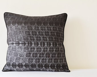 Graphic Charcoal Japanese Shibori Pillow Cover , Charcoal Black Shibori Cushion Cover , Charcoal Shibori Pillow , Black Tie and Dye Pillow