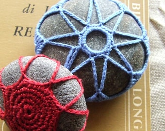 """Cloudy with a Chance chains. Couple of stones decorated crochet, working mainly """"chain.""""P038"""