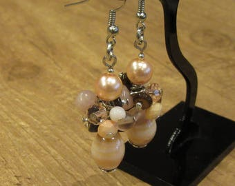 Dangling cluster earrings in beige tones