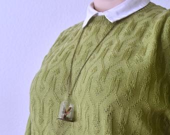 Dagpauwoog | Glazen stolp ketting, met een handegmaakte vlinder, mos en een takje. Dagpauwoog vlinder van textiel tot sieraad
