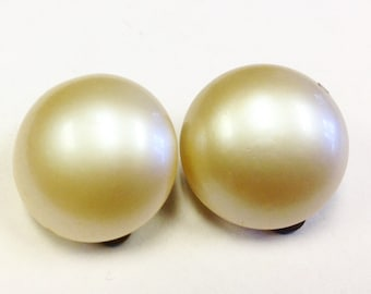 Mid century, 1940s, glass pearl  clip on earrings.