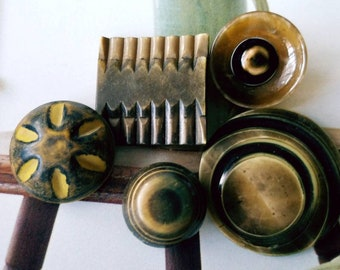 Vintage Buttons -Mid Century Modern mix of olive green  celluloid and 5 medium to  large (apr 362 18)