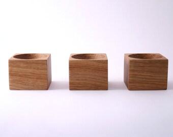 3 coquetiers en bois. Titulaire de l'oeuf de Pâques. Plateaux à oeufs en bois. Détenteurs de l'oeuf en bois.