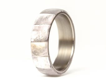 Men's titanium and semi- precious stones ring. Unique wedding band with a bands of mica. Water resistant and hypoallergenic. (03208_7N)