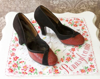 vintage 1940s shoes <> 40s pumps in black suede and snakeskin <> round toe heels <> size 6