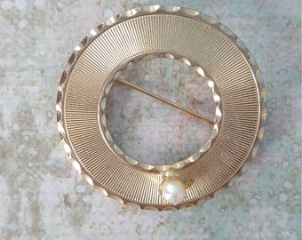 Vintage circle brooch with pearl