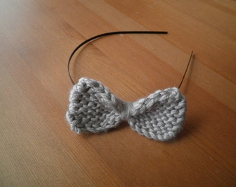 Knit bow on metal headband in silvery gray